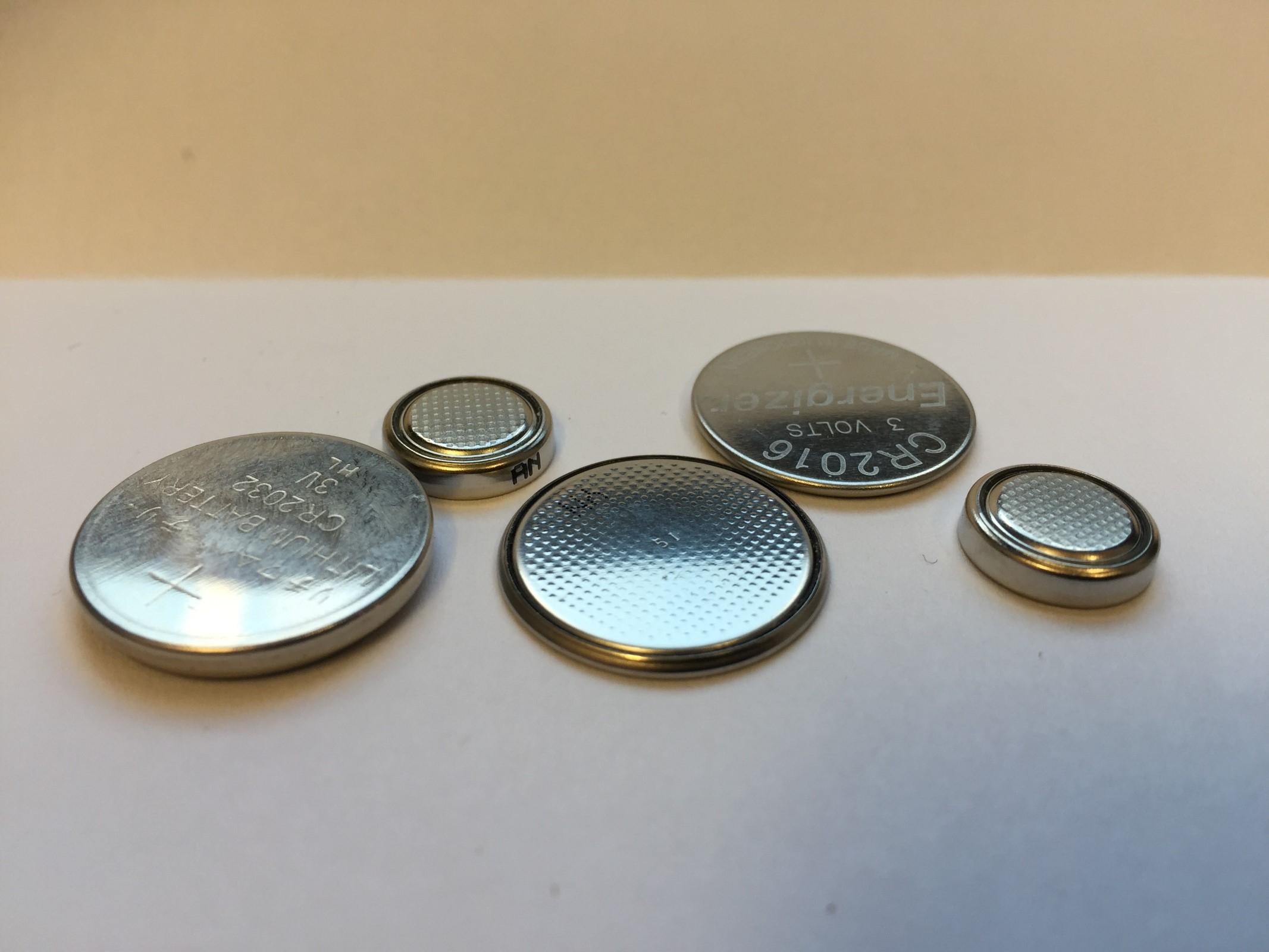 Bilde av knappcellebatterier av ulik størrelse