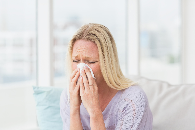 kvinne er forkjølet