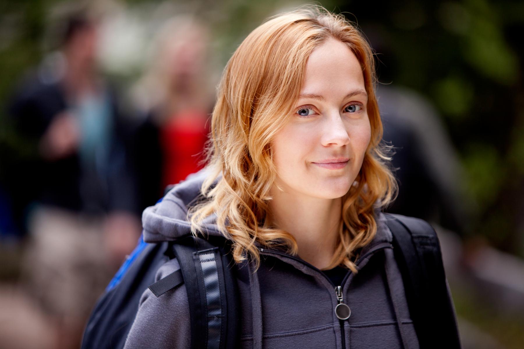 Illustrasjonsbilde av smilende kvinne på tur