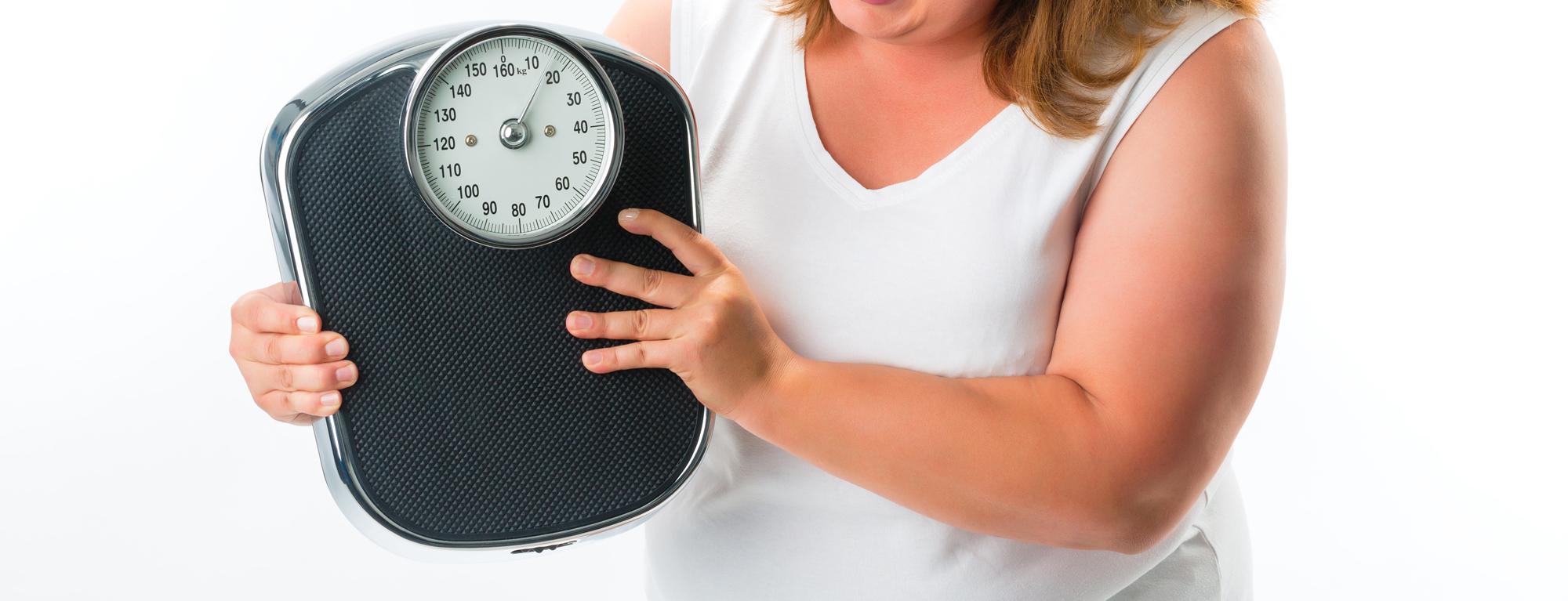 Kvinne som holder en vekt