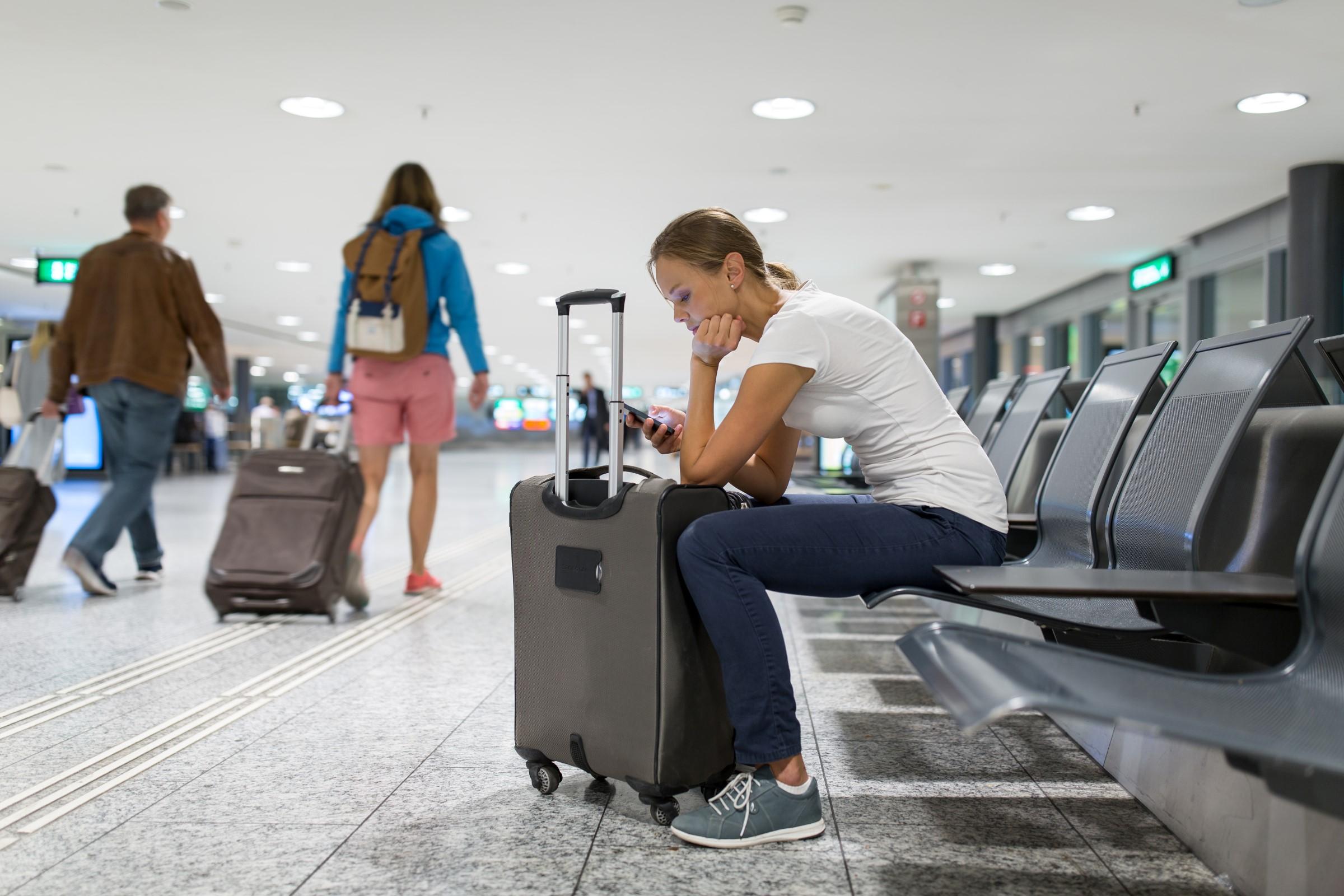 Kvinne venter på flyplassen