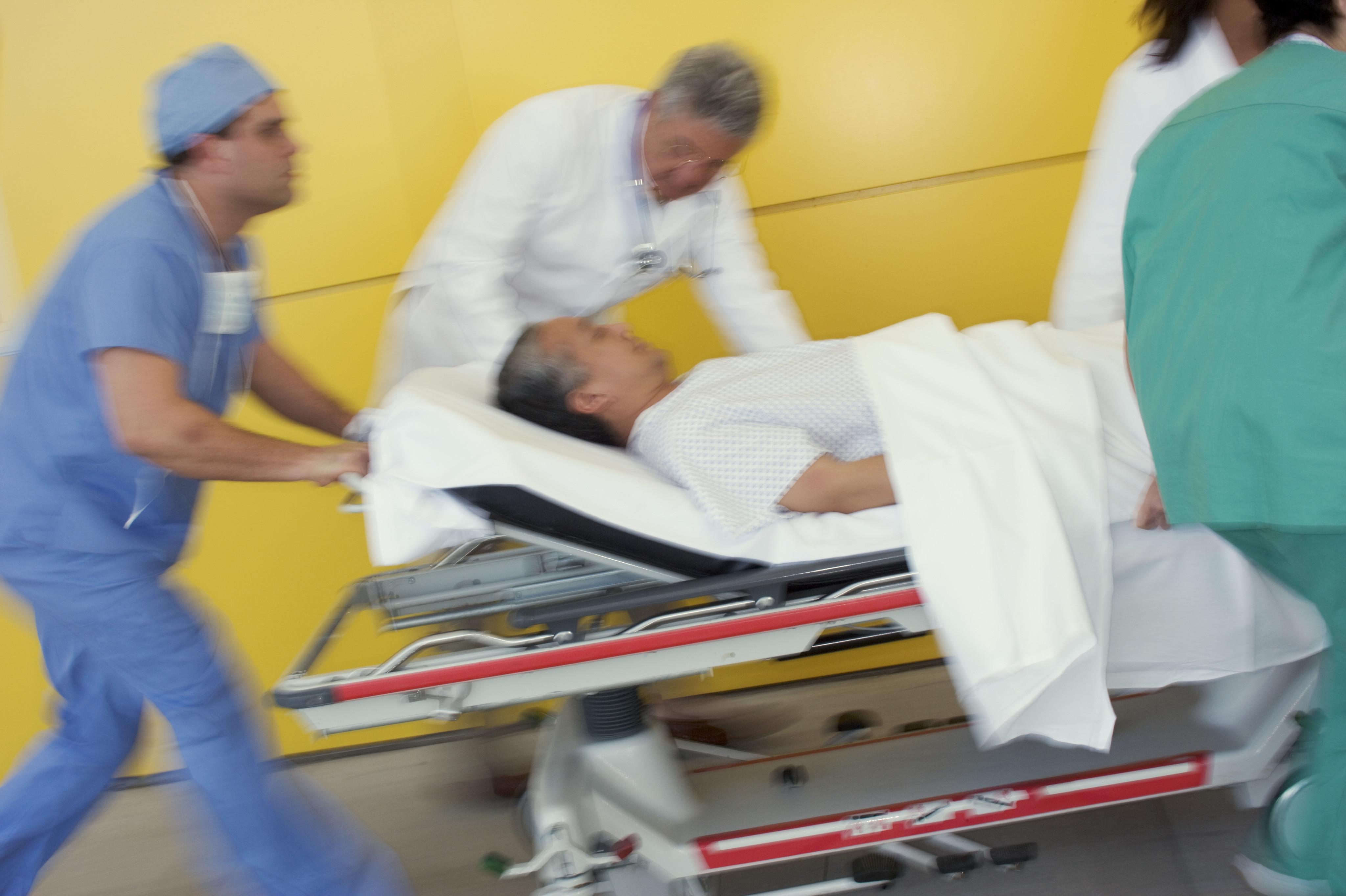 pasient på båre blir fraktet i høy hastighet