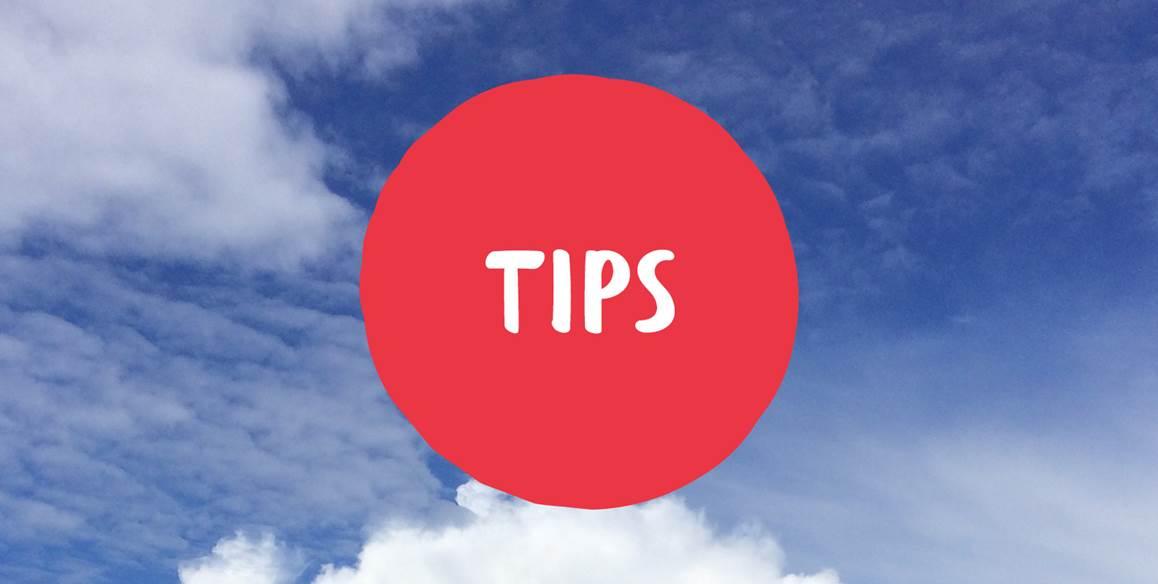 """Rød figur med ordet """"tips"""" i hvite bokstaver."""