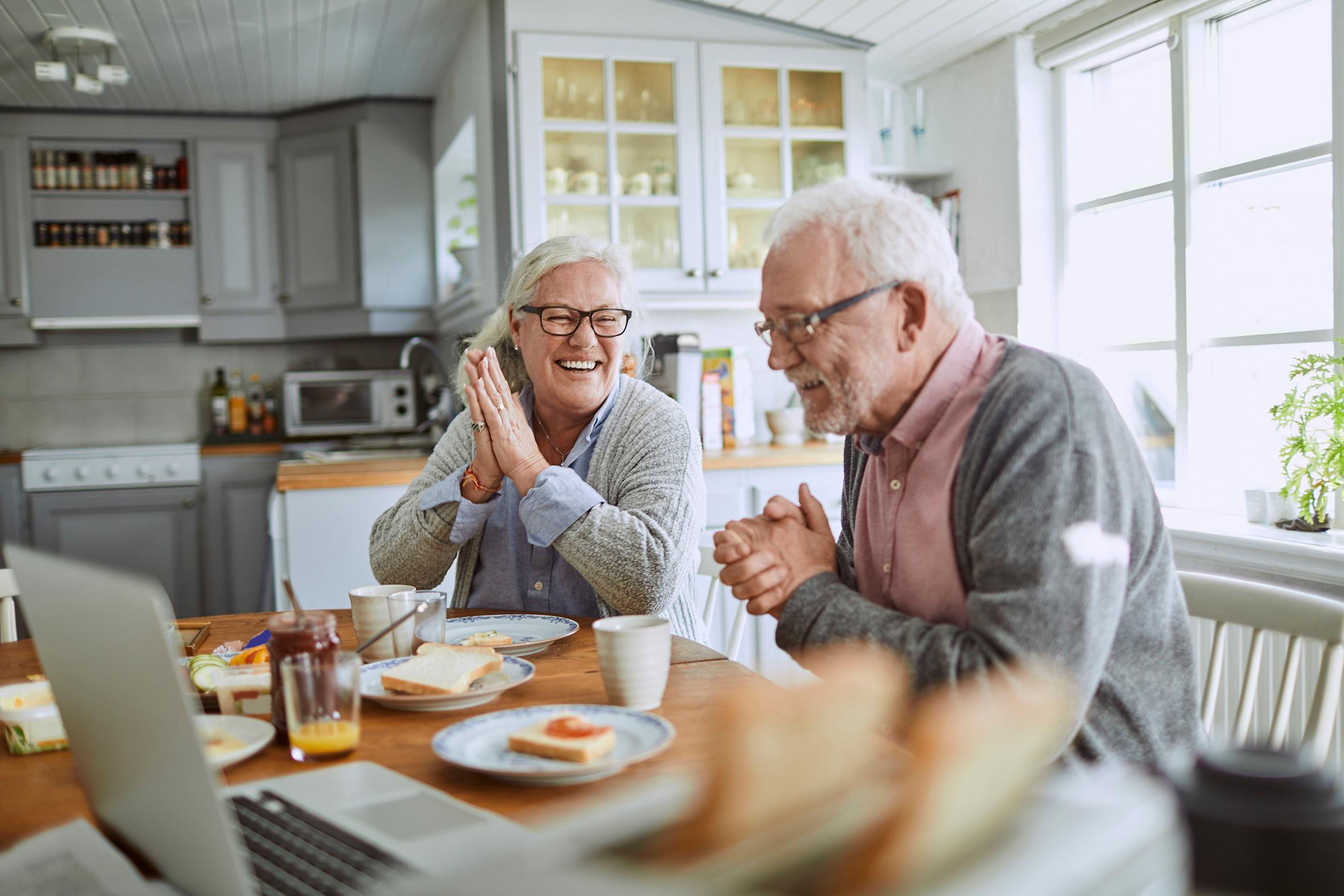 To eldre mennesker på kjøkkenet