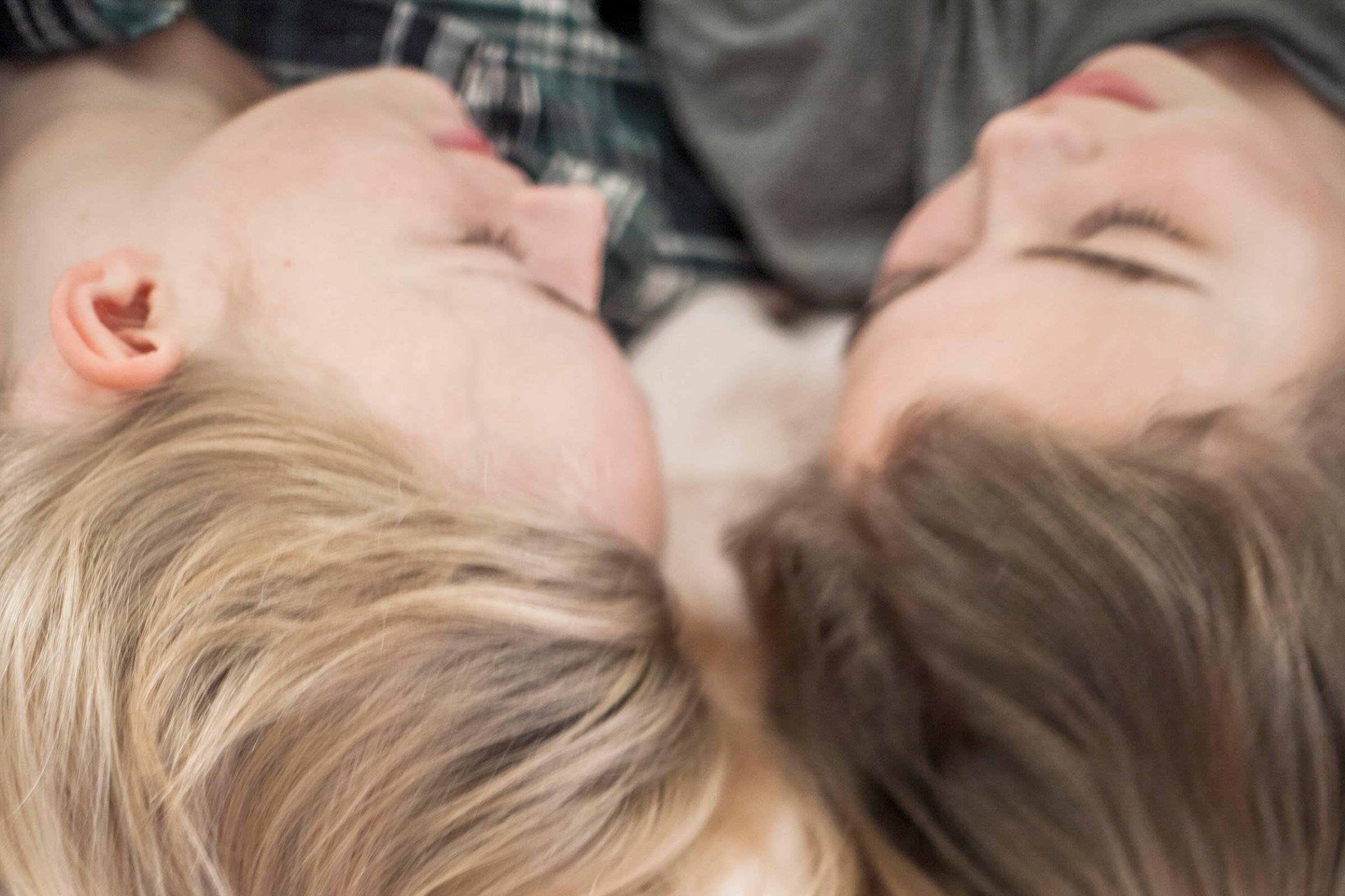 To jenter prater sammen på senga