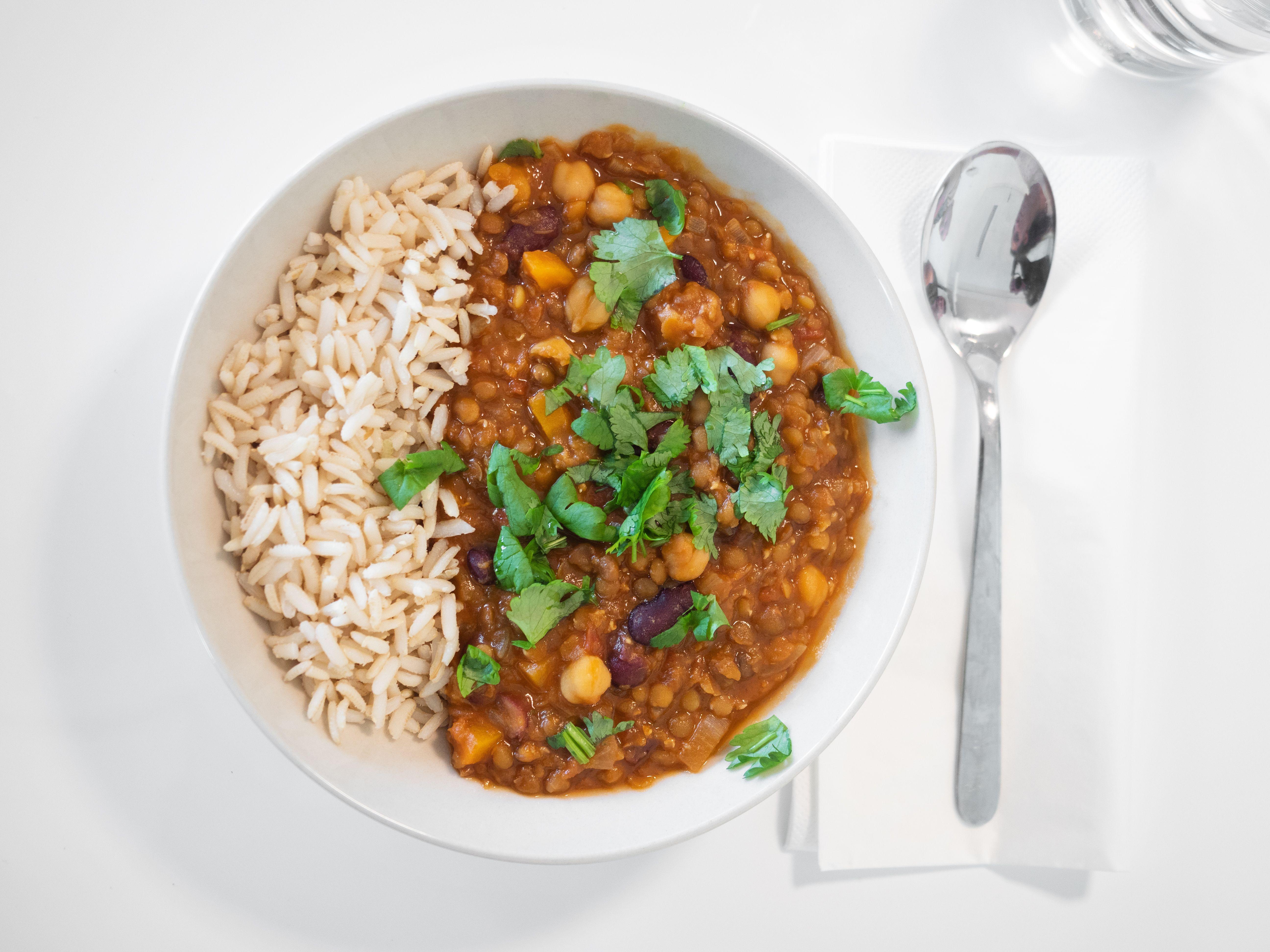Bilde av tallerken med ris og linse-, kikerter- og bønnegryte
