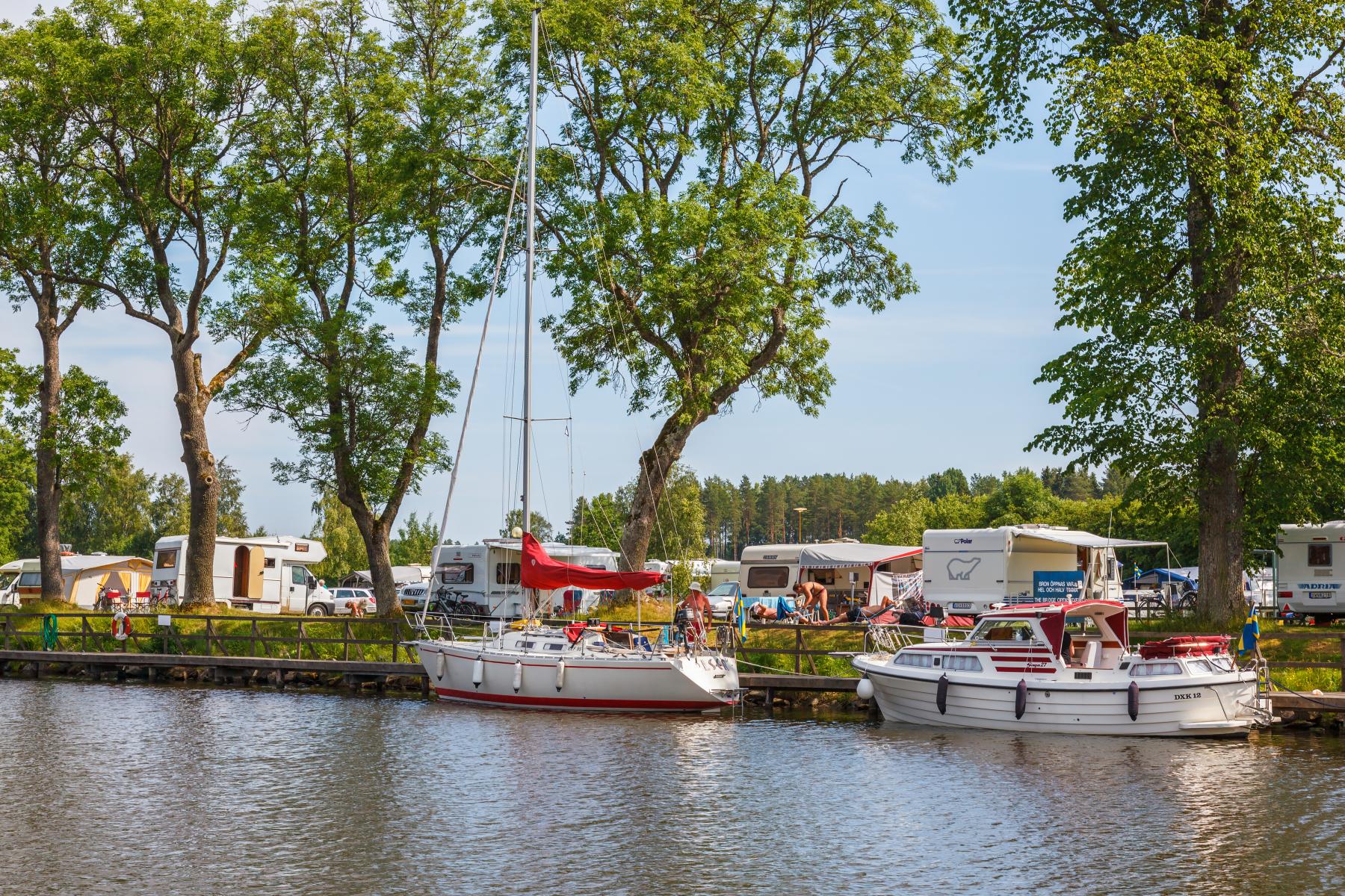 Bilde av båter og campingsite