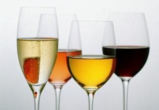 Stettglass med fylt med forskjellig drikke