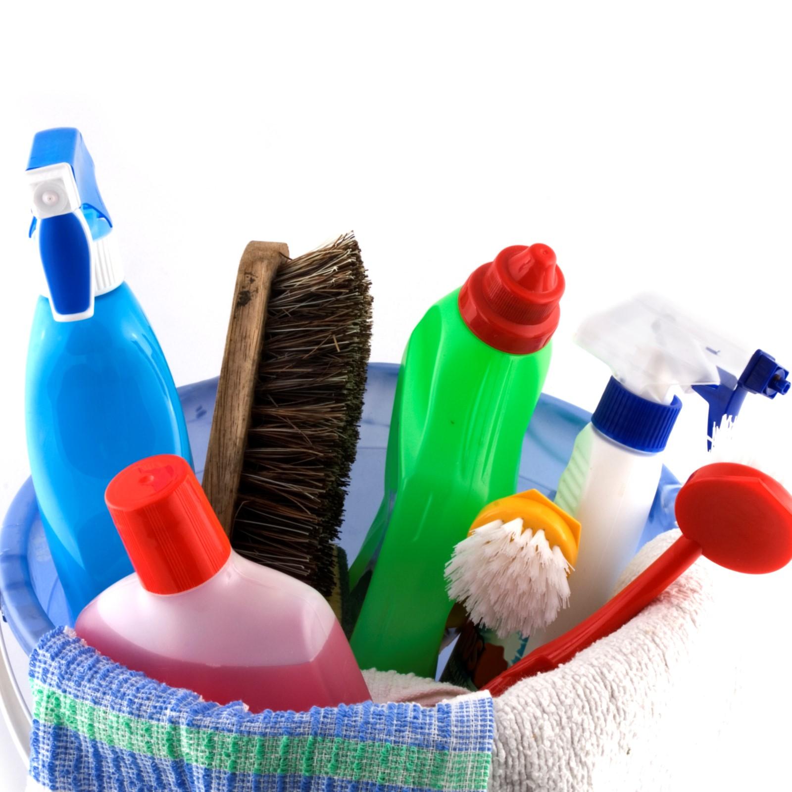 Vaskebøtte med forskjellige vaskemidler og utstyr