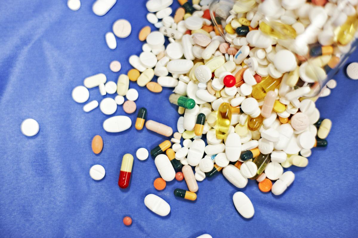 En drøss med ulike piller og tabletter