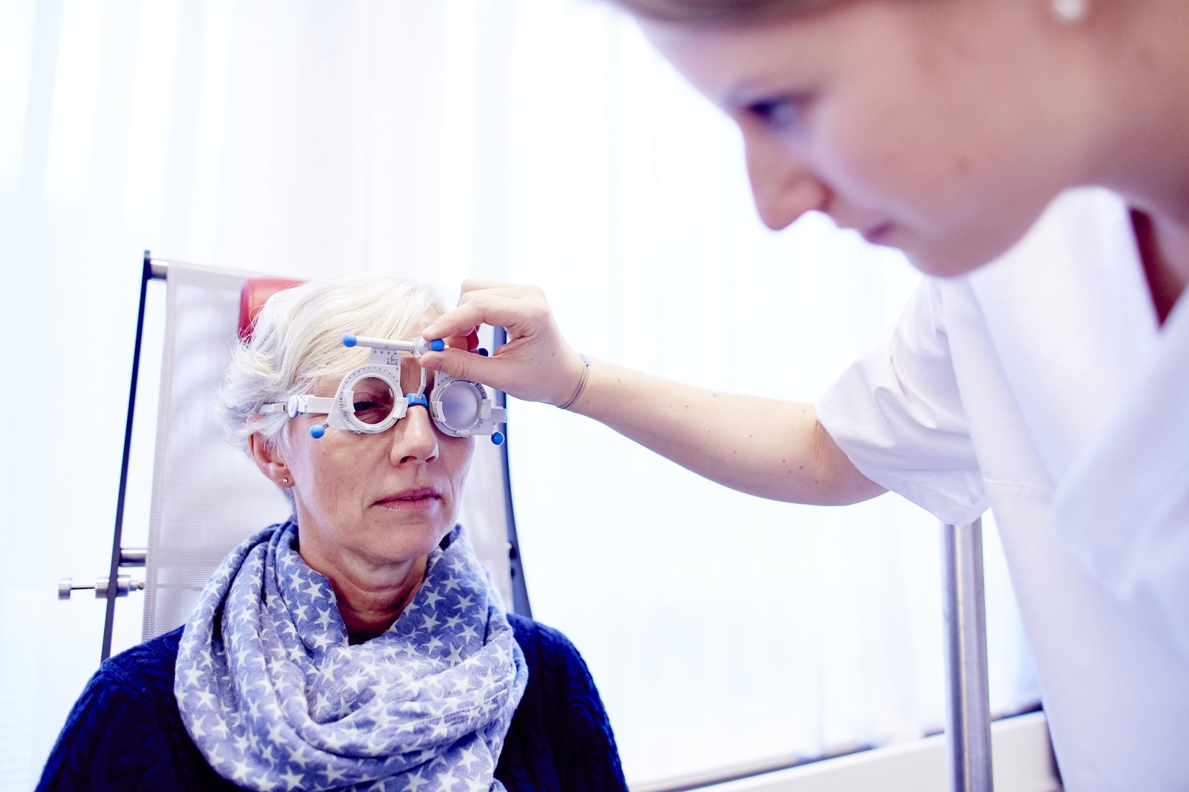 Kvinne får sjekket øynene sine hos ortoptist.