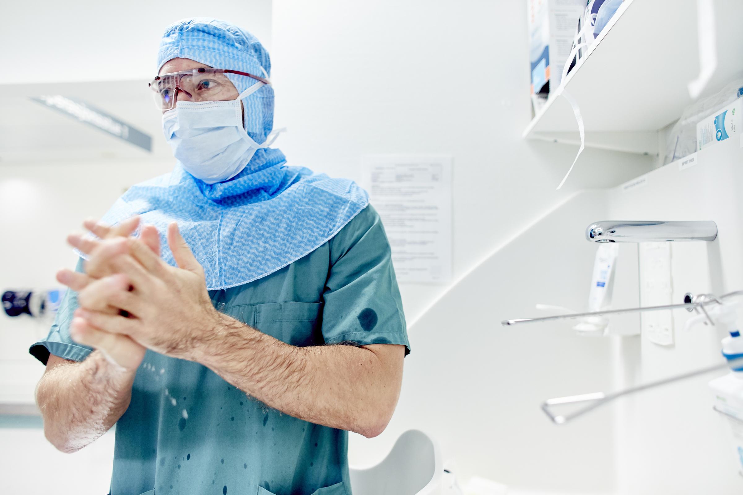 Lege på operasjonsstuen