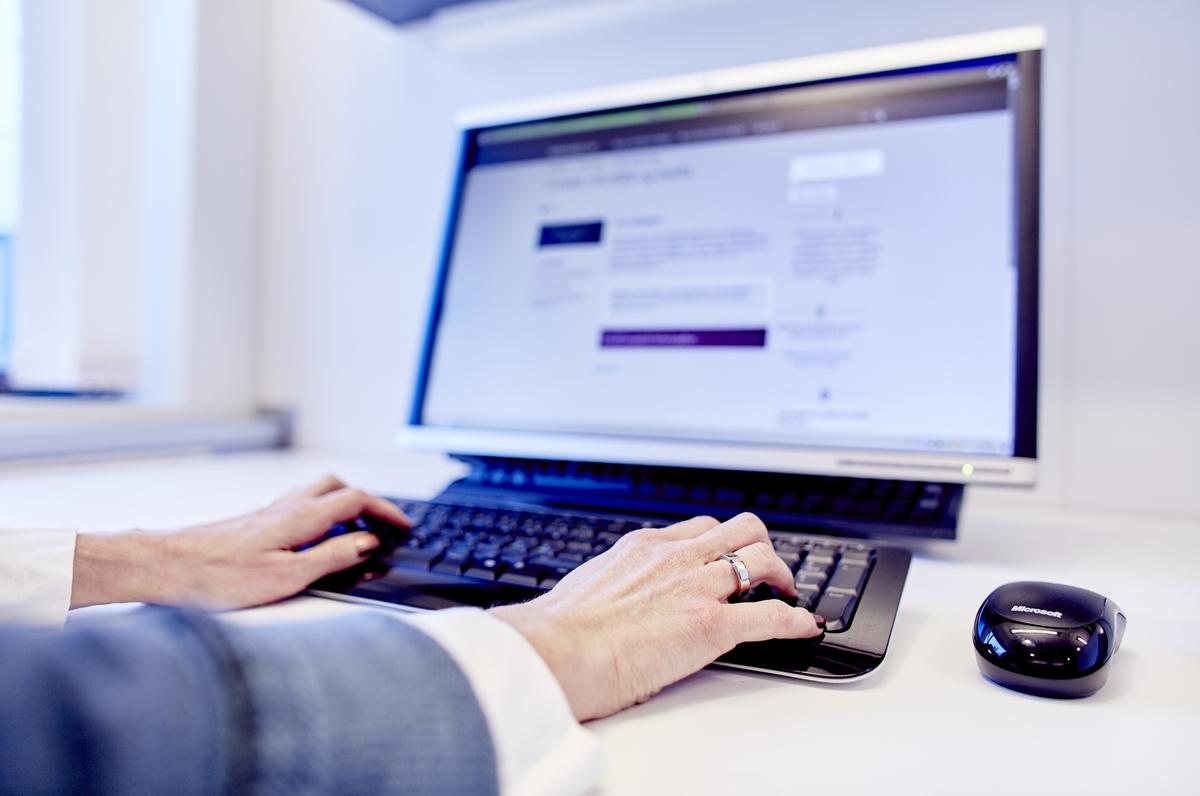 Fastlege i kontakt med pasient på nett